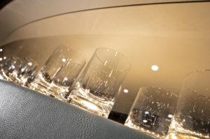 üvegpoharak bőr bárpultban